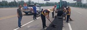 鹿邑县城管局修复破损路面 保障道路交通安全