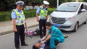 唐河交警:警医合作救援 快速救治伤员