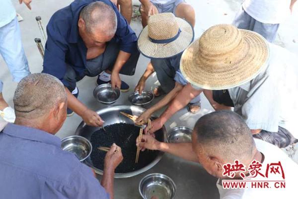 项城市贾岭镇举行特困老人趣味运动会