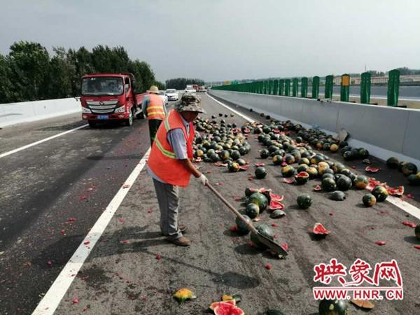周口:两货车高速路上追尾致车辆侧翻 西瓜散落一地