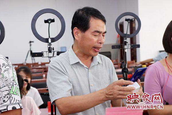 光山县:直播带货 小月饼做出大文章