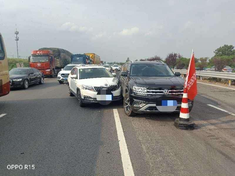 驾龄六年的司机遇紧急情况时竟忘踩刹车 民警都震惊了