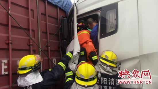 连霍高速两车追尾一人被困  新安消防紧急救援
