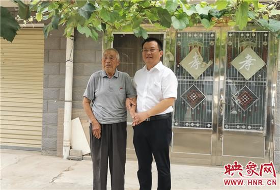 暖心:新郑市城关乡开展建军节走访慰问,情暖退役军人