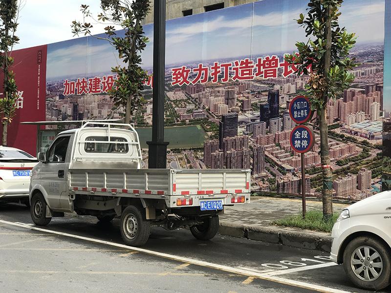 洛阳一小区门口私划停车位违规收费 收费员:不缴费调交警拖车