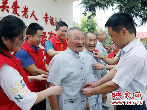 尉氏县:捐赠衣服鞋子 爱心企业情系特困供养老人
