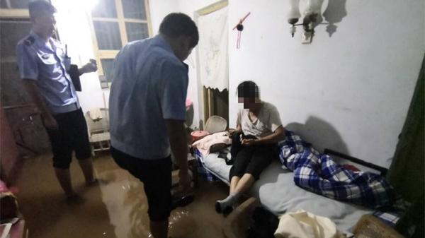 老人家中被淹 通许巡警紧急救援