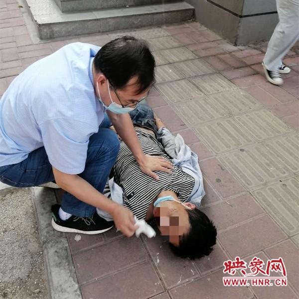 榜样|30岁小伙晕倒路边 周口一过路医生跪地做心肺复苏施救