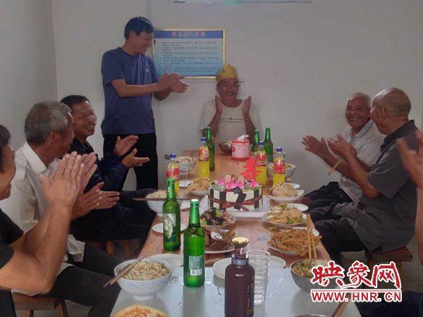郏县冢头镇:别样生日会 情满幸福院