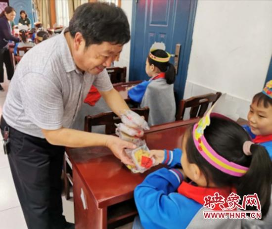 项城市第一实验小学为留守儿童集体过生日