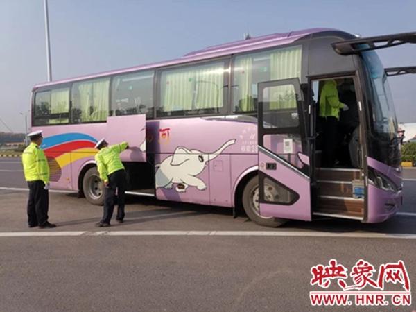 临颍县交警大队强化节前重点车辆检查 筑牢安全防线