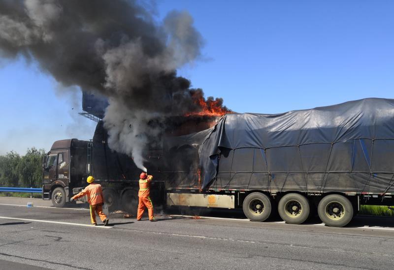 """货车高速起火,浓烟滚滚 养护人员秒变""""消防员"""""""