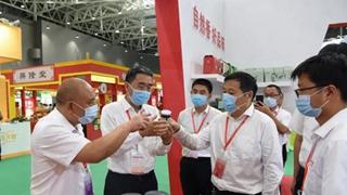 平舆县领导参观平舆农产品展示展销区