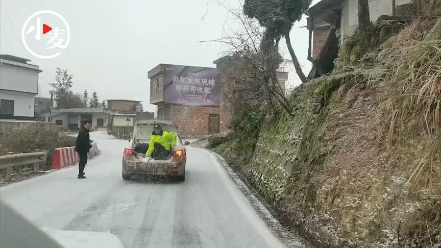 孕婦雪天臨產遭遇積雪封路 民警撒鹽16公里開辟生命通道