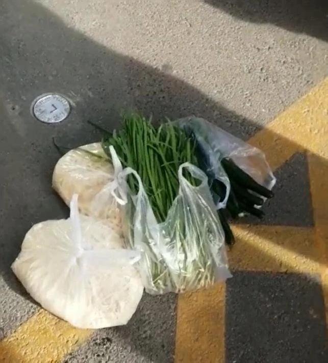 石家庄市民称4袋菜收105元?当地辟谣