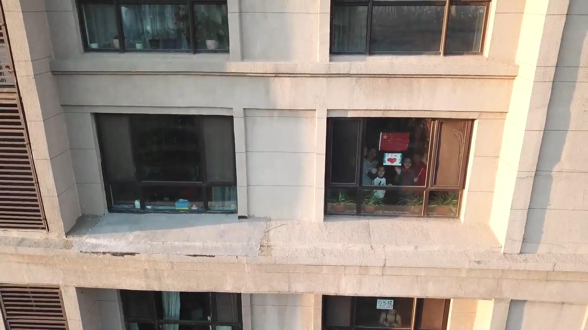 沈陽隔離區小伙與186戶鄰居隔窗合拍視頻