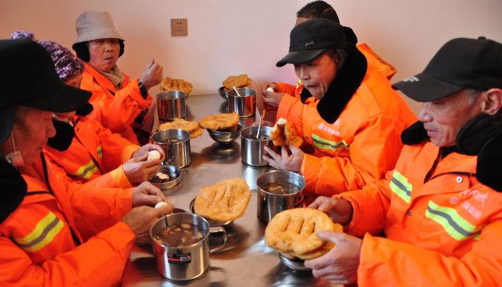 偃师市为环卫工人提供免费早餐
