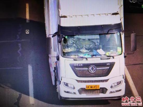 高速公路上开车走错行车道 750位货车司机被处罚