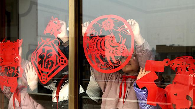 河南灵宝:剪金牛 迎春节
