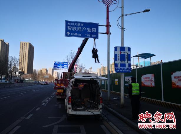 郑州交警联合执法部门拆除违法广告牌 还市民平安街道