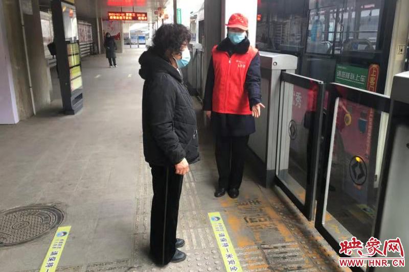 引导一米线外安全候车 郑州快速公交站台开启春运模式