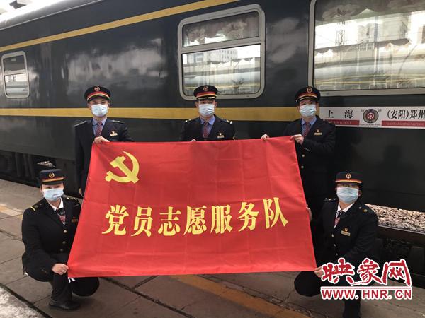 """""""为旅客保驾护航"""" 春运火车上的党团员志愿服务队"""