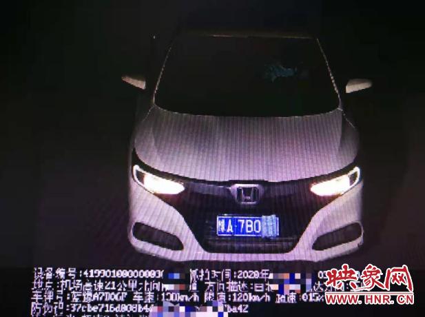 """轿车司机故意遮挡车辆号牌 河南省高速交警5分钟让其现出""""原形"""""""