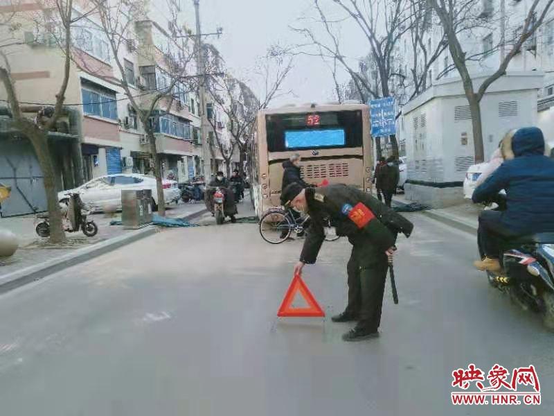 """前车刚解困后车又陷入 郑州中原区一横穿马路的基坑连""""坑""""两车"""