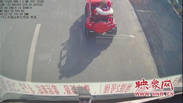 """郑州一""""熊孩子""""驾驶""""越野车""""闯入闹市 吓坏路上公交车长"""