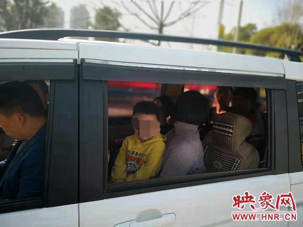 春节带孩子走亲访友 河南高速交警提醒多载一个娃也算超员