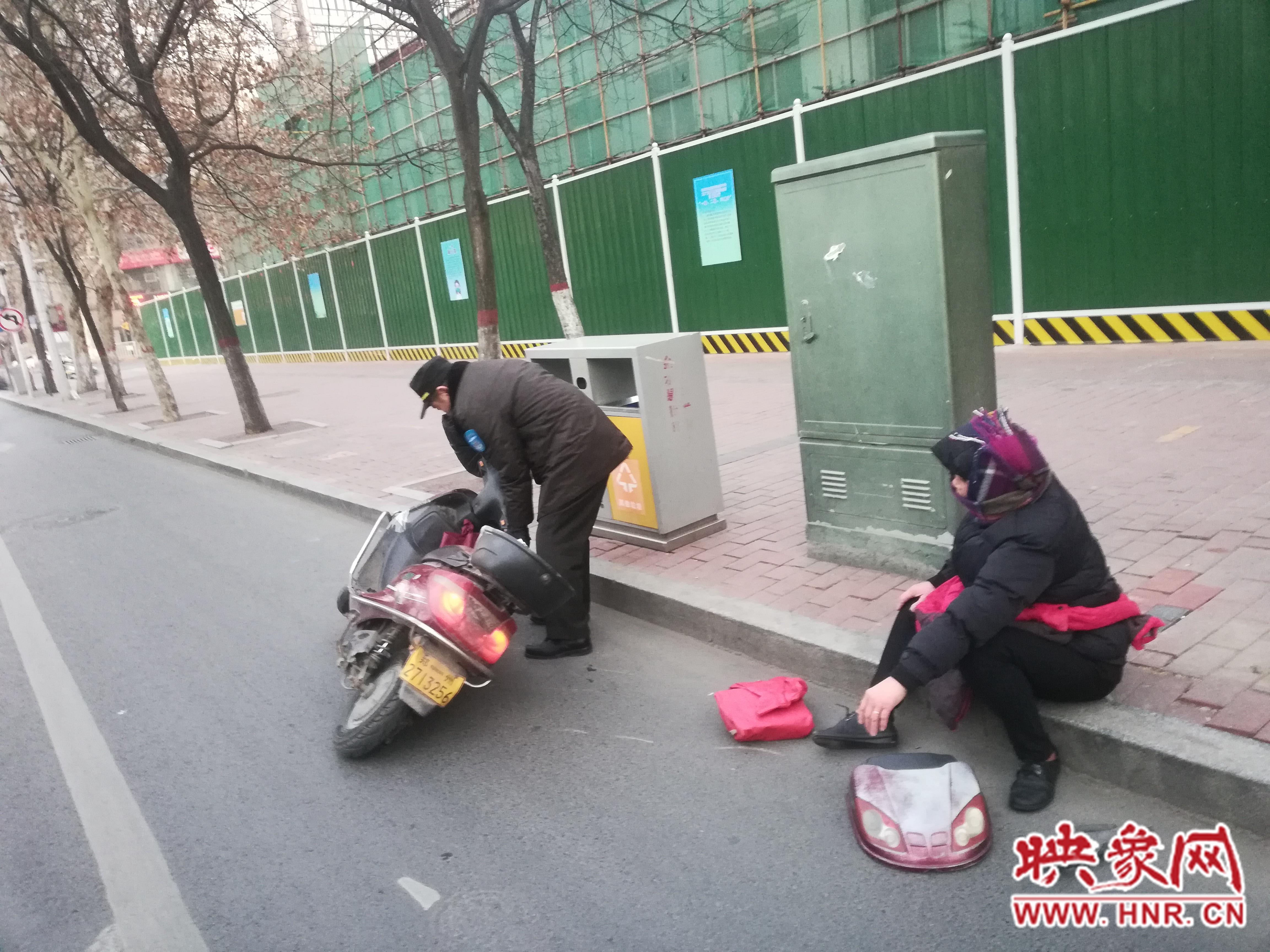 白天招待客人晚上饭店又忙一夜 郑州女子骑电动车睡着摔伤