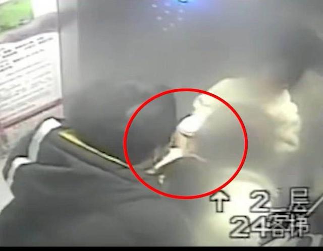 男子电梯猥亵年轻妈妈反被暴揍 网友:打得太轻
