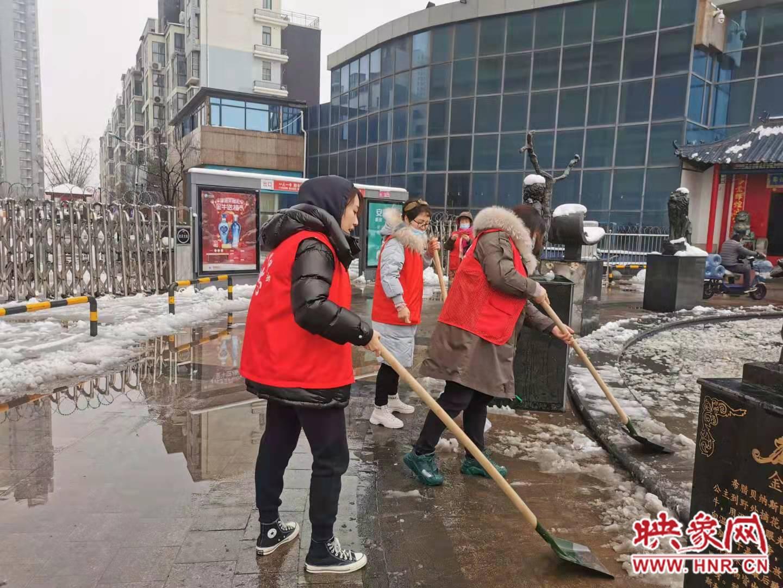 寒春扫雪暖人心 郑州基层社区志愿者走上街头清扫积雪