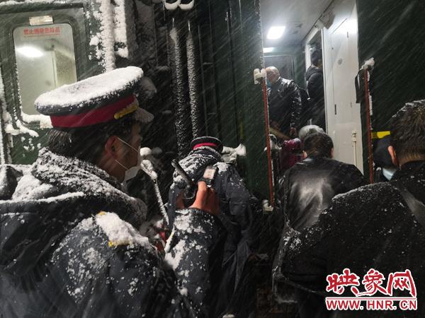 河南地区迎来新年首场降雪 铁路部门昼夜坚守保证旅客安全