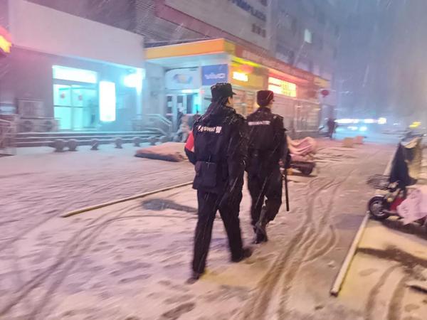 宜阳交警冒雪坚守岗位 守护群众出行平安