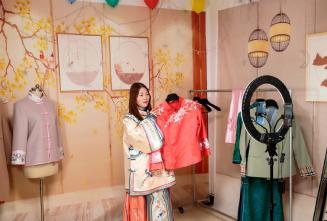 河南95后女孩做寿衣模特