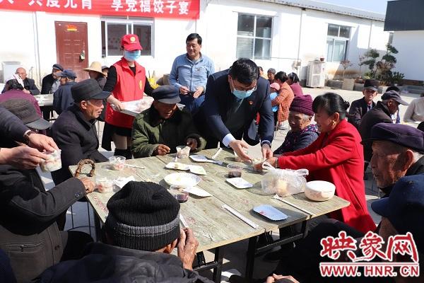信阳平桥区:爱心饺子宴 传承孝道情