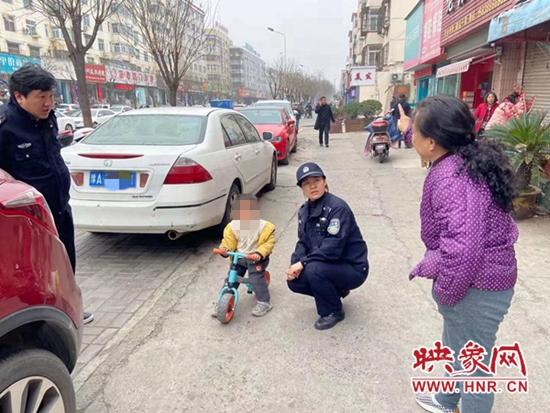点赞!洛阳3岁男孩独自骑行数里迷路 民警助其找到家人