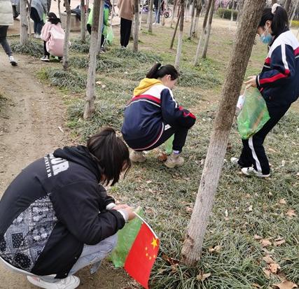 项城市正泰博文学校开展校外清洁志愿活动