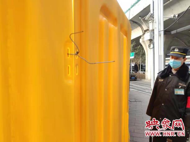 """郑州市西三环与陇海路交叉口施工围挡上长满""""牙"""" 路上行人很害怕"""