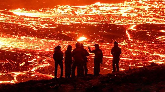 冰島火山巖漿流洶涌而下 民眾圍觀這一震撼場面