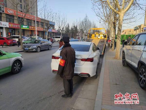 郑州:小学门口乱停放 交警拖车没商量
