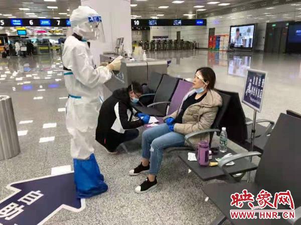 一名旅客入境突发疾病 郑州机场边检民警及时救助