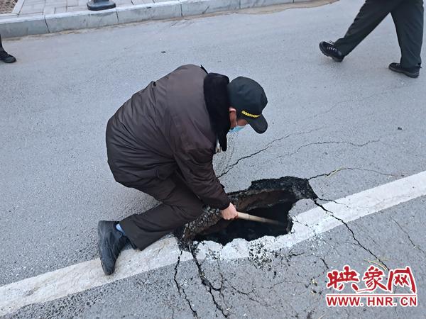 郑州一快车道出现塌陷致两车险追尾 市政部门及时抢修