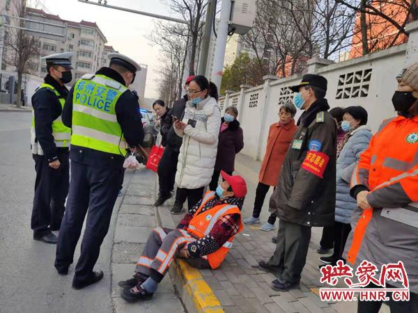女子骑电动车逆行与环卫工相撞后离开 郑州警方:肇事逃逸负全责