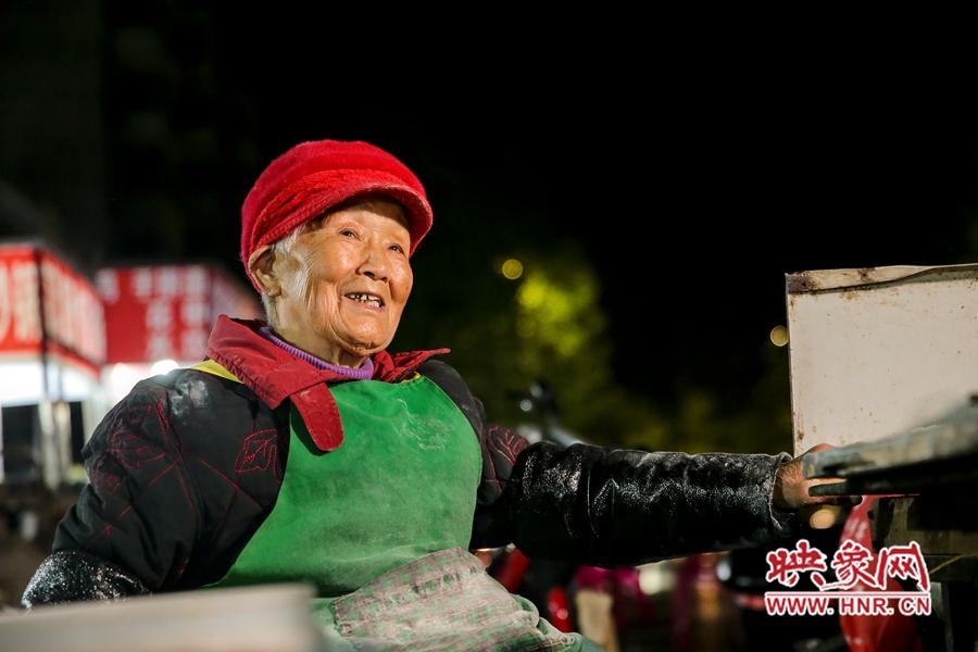 96岁老奶奶深夜卖菜馍爆红网络