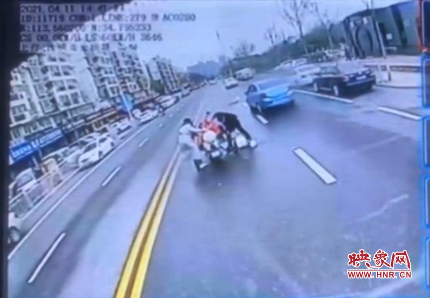 女子骑车突然摔倒 郑州公交车长紧急停车出手相助