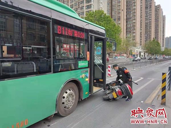郑州一老人骑电动车走到路中间变红灯 犹豫之后继续闯红灯前行被撞