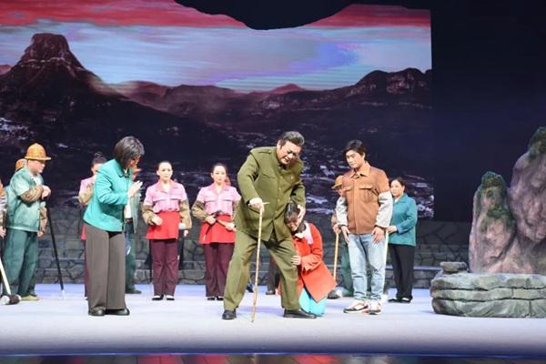 现代豫剧《大石岩》在平舆县精彩上演