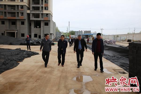 汝州市人大常委会副主任杜占广查看洗耳河街道南关棚改项目进度